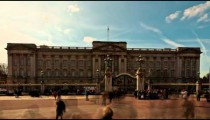 Time-lapse of Buckingham Palace with tourists in front.