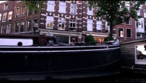 Sped-up footage of houseboats and a street in Amsterdam